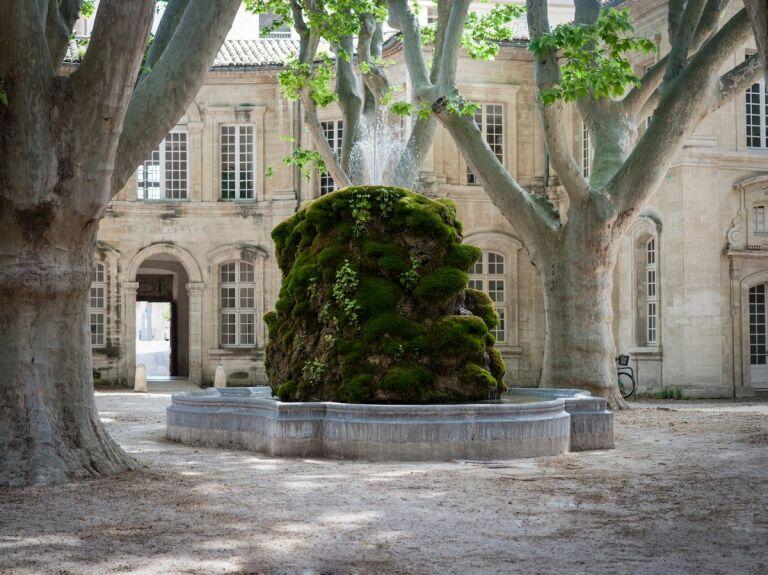 Fontaine-Cloitre-Saint-Louis-Hotel-Avignon-3-min